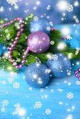 Weihnachtskugel auf tanne, auf farbigem hintergrund — Stockfoto
