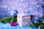 Weihnachten-laterne, tanne und dekorationen auf hellem hintergrund — Stockfoto