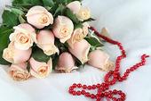 Piękny bukiet róż, na jasnym tle — Zdjęcie stockowe