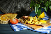 Ruddy fried potatoes on wooden board on table close-up — Stockfoto