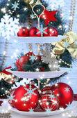 Carrinho de decorações de natal na sobremesa, na cor de fundo de madeira — Fotografia Stock