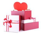 Pile de boîtes-cadeaux et décoration coeur, isolé sur blanc — Photo