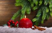 Горящая свеча на деревянных фоне — Стоковое фото