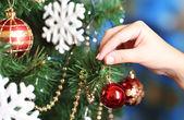 Parlak zemin üzerinde Noel ağacı süsleme — Stok fotoğraf