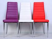 Modern renkli sandalyeler duvar zemin üzerine — Stok fotoğraf