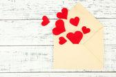 Ahşap zemin üzerinde dekoratif yürekleri güzel eski zarfı — Stok fotoğraf