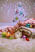 组成与格子、 蜡烛和圣诞装饰品,在明亮的背景上的白色地毯上 — 图库照片
