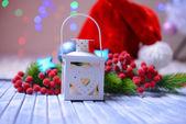 Рождественский фонарь, елки и украшения на светлом фоне — Стоковое фото