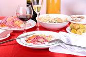 后宴特写节日菜肴摆在餐桌 — 图库照片