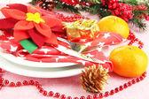Cerrar la mesa de navidad con decoraciones festivas — Foto de Stock