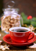 вкусные печенье рождество в банку на стол на коричневый фон — Стоковое фото