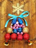 árvore de natal de brinquedos de natal em close-up de madeira mesa — Foto Stock
