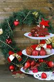 デザートのクリスマスの装飾スタンド、木製の背景に — ストック写真