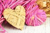 Paglia decorativo per fatti a mano e cuori di paglia, su fondo in legno — Foto Stock