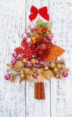 Choinki świąteczne zabawki na drewniany stół szczegół — Zdjęcie stockowe