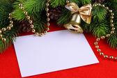 Tarjeta de navidad sobre fondo rojo — Foto de Stock