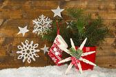 Composizione di Natale con fiocchi di neve sullo sfondo in legno — Foto Stock