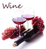 Calici con il vino rosso, uva e bottiglia isolato su bianco — Foto Stock
