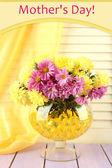 Vackra blommor i vas med hydrogel på bordet på trä bakgrund — Stockfoto