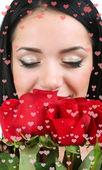 Attraktiv ung kvinna med rosor isolerad på vit — Stockfoto