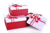 Красивый подарок коробки изолирован на белом — Стоковое фото