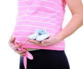 беременная женщина, держащая обувь blue baby, изолированные на белом — Стоковое фото