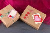 Papírové dárkové krabice na dřevěné pozadí — Stock fotografie
