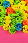 Kolorowy, quilling na różowy tło zbliżenie — Zdjęcie stockowe