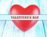 Decoratieve rood hart op een houten achtergrond kleur — Stockfoto
