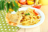 Ruddy fried potatoes on plate on tablecloth close-up — 图库照片