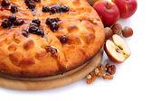 Sabroso pastel casero, manzanas y mermelada, aislado en blanco — Foto de Stock