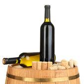 Vinos y corchos en barril aislado en blanco — Foto de Stock