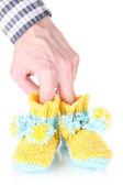 Рука с крючком пинетки для младенца, изолированные на белом — Стоковое фото