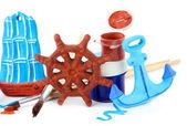 Hecho a mano juguetes de cerámicas y pinturas de color aislados en blanco — Foto de Stock