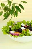 板上光背景表格上希腊沙拉 — 图库照片