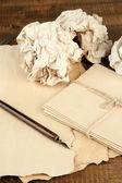 Skrynkligt papper bollar med bläckpenna och kuvert på trä bakgrund — Stockfoto