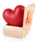 Hjärta i trä kista, isolerad på vit bakgrund — Stockfoto