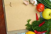 料理のコンセプトです。空のクックブックと食料品をクローズ アップ — ストック写真