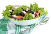 Salade grecque sur plaque isolé sur blanc — Photo