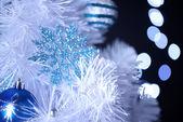Witte kerstboom op de achtergrond bokeh — Stockfoto