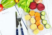Schön geschnittene gemüse auf schneidebrett auf farbigem hintergrund — Photo