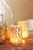 キャンドル ライト テーブルの上の家の装飾 — ストック写真