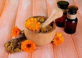 医药瓶和金盏花鲜花木制背景上 — 图库照片