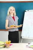 Učitel u tabule na tabuli pozadí — Stock fotografie