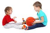 Små barn leker med boll isolerad på vit — Stockfoto