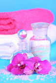 Beautiful spa setting with orchid on blue background — Stock Photo
