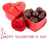 Caramelos de chocolate en caja de regalo, aislados en blanco — Foto de Stock