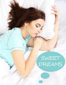 Schöne junge frau im bett schlafen — Stockfoto