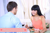 Mooi paar met romantisch diner in restaurant — Stockfoto