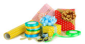 материалы и аксессуары для обертывания подарков, изолированные на белом фоне — Стоковое фото